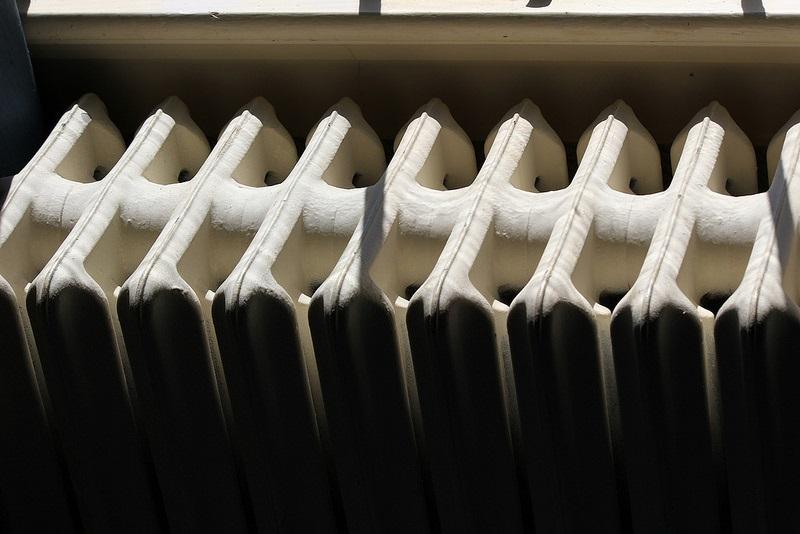 Grzejniki aluminiowe – czym różnią się od grzejników stalowych i które warto wybrać do łazienki?