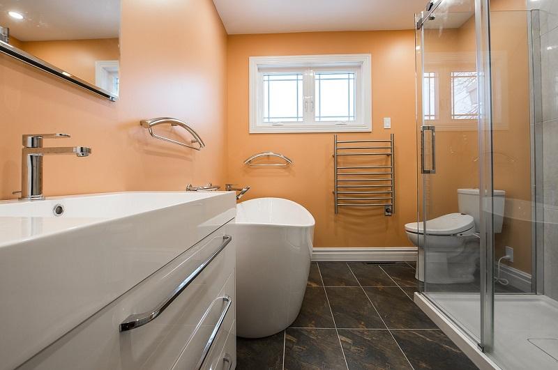 Przestronna łazienka z grzejnikiem ze stali nierdzewnej