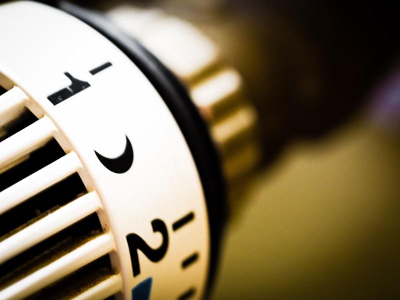Zawory do grzejników łazienkowych – jak wybrać odpowiednie zawory termostatyczne lub kątowe? Poznaj ceny!